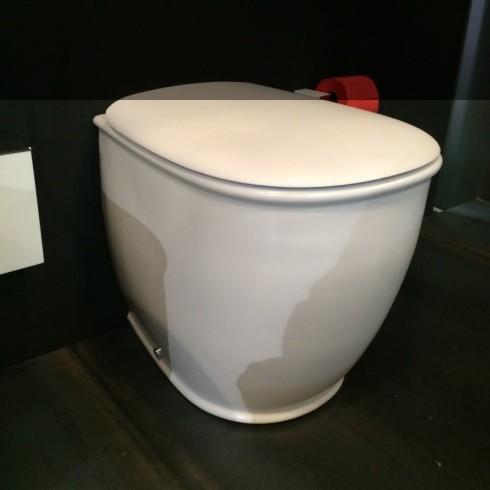 Stand-WC Serie Azuley | weiß matt | Soft Close Sitz | Präsentation Cersaie