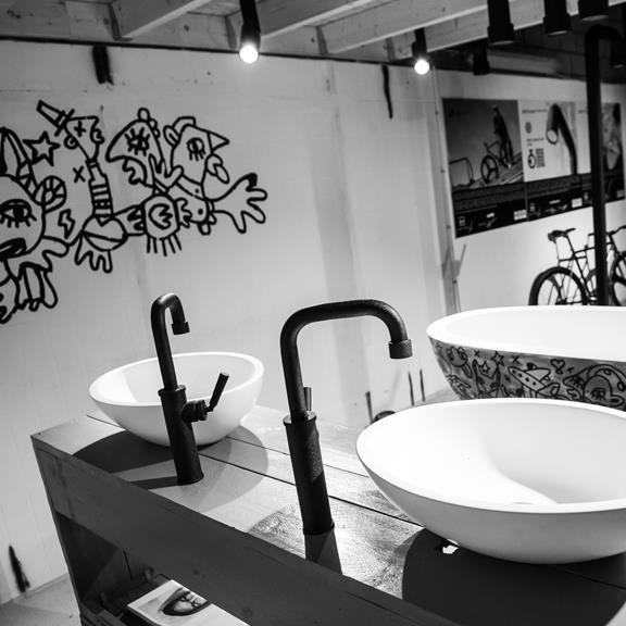 jee o hohe waschtischarmatur soho hammerschlagbeschichtung schwarz matt. Black Bedroom Furniture Sets. Home Design Ideas