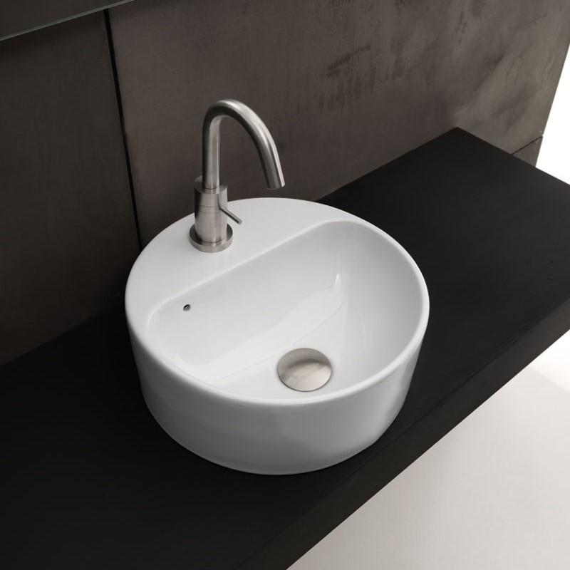 ein rundes aufsatzwaschbecken aus wei er keramik stehend. Black Bedroom Furniture Sets. Home Design Ideas