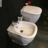 Stand-WC und Bidet Serie Azuley | weiß matt | Soft Close Sitz | Präsentation Cersaie