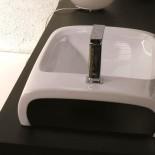 Hidra | Aufsatzwaschtisch mit Hahnloch | Hi-Line | weiß mit schwarzen Seiten