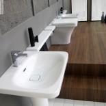 Hidra | Stand-WC und Waschtisch | Serie Flat | weiß | Messepräsentation