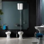 Axa Stand-WC Contea mit hochhängendem Wandspülkasten mit Betätigungskette | mit WC-Sitz in weiß